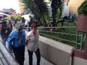Marice de Lima é levada para fazer exame de corpo de delito (Foto: Fernando Castro/ G1)