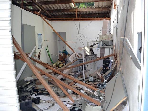 Grupo explode caixa eletrônico em Wenceslau Braz (Foto: Luciano Lopes)