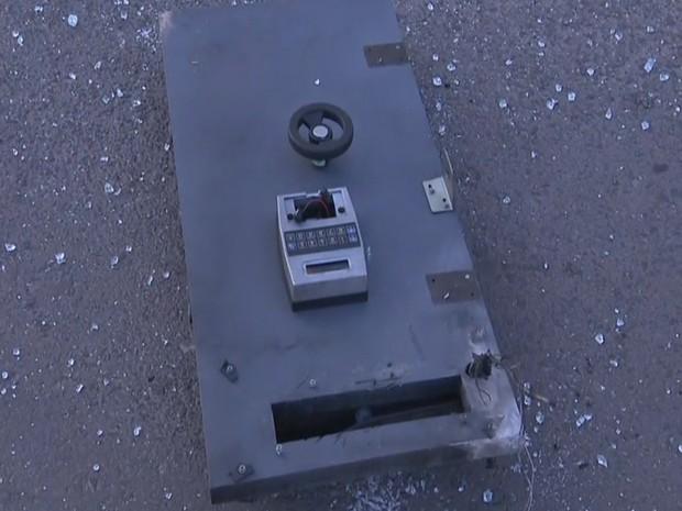 Parte de equipamento destruído com a explosão (Foto: RBSTV/Reprodução)