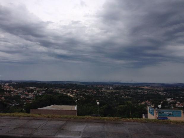 Céu em Ponta Grossa. A frente fria mantém o tempo bastante instável e deve chover em todas as regiões (Foto: Vanessa Rumor/RPC)