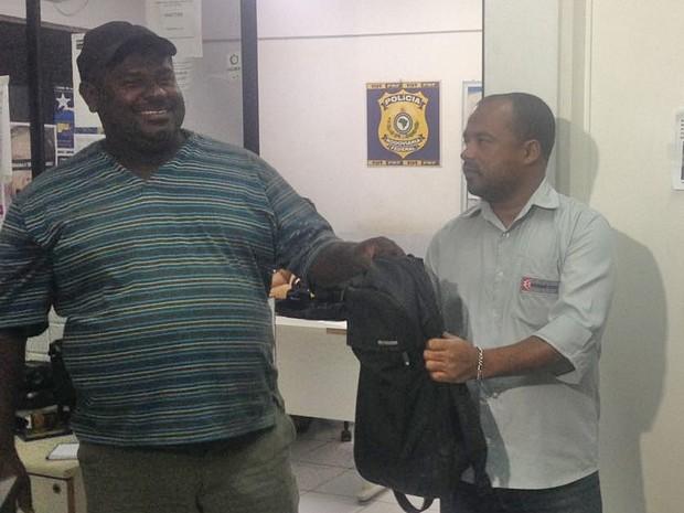 Carroceiro desempregado devolveu dinheiro, cheques e itens de lucho achados em rodovia federal, em São Caetano, Pernambuco (Foto: Kamylla Lima/G1)