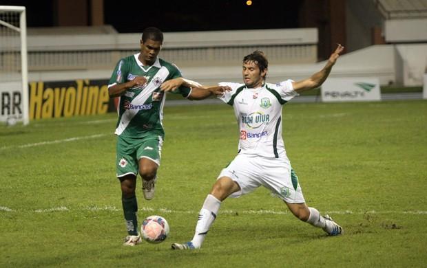 Preto Barcarena, da Tuna, divide bola com Weller, do Paragominas (Foto: Everaldo Nascimento / O Liberal)