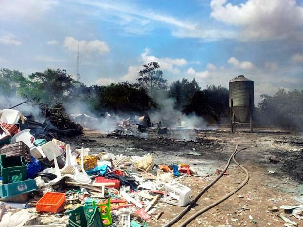 Fogo destruiu depósito de material reciclável em Parnamirim, na Grande Natal (Foto: Antonio Coelho/Inter TV Cabugi)