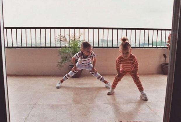 Gigi Hadid e Bella Hadid na infância (Foto: Reprodução/Instagram)