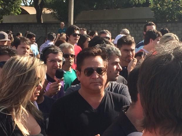 Cantor Leonardo esteve no enterro do ex-jogador Fernandão em Goiânia, Goiás (Foto: Fernando Vasconcelos/G1)