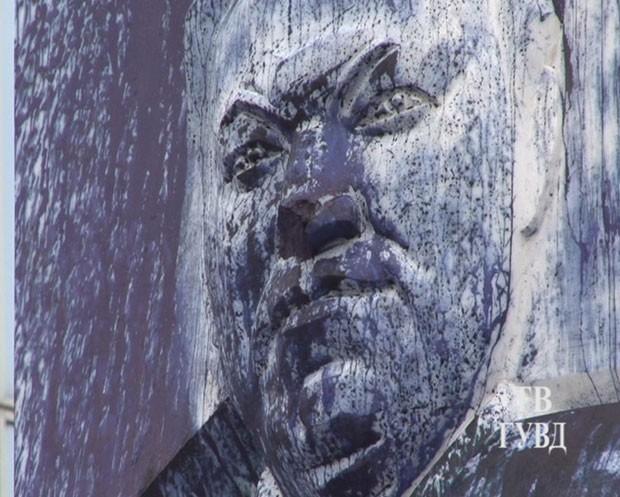 Foto divulgada pelo Ministério do Interior da Rússia mostra os estragos ao monumento a Boris Yeltsin (Foto: Reuters)