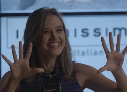 Cassandra pede festa de debutante para comemorar revista