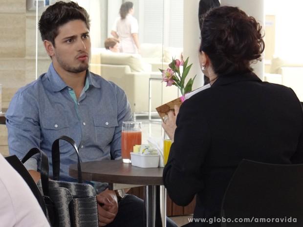 Rogério não entende direito, mas promete ajudar (Foto: Amor à Vida / TV Globo)