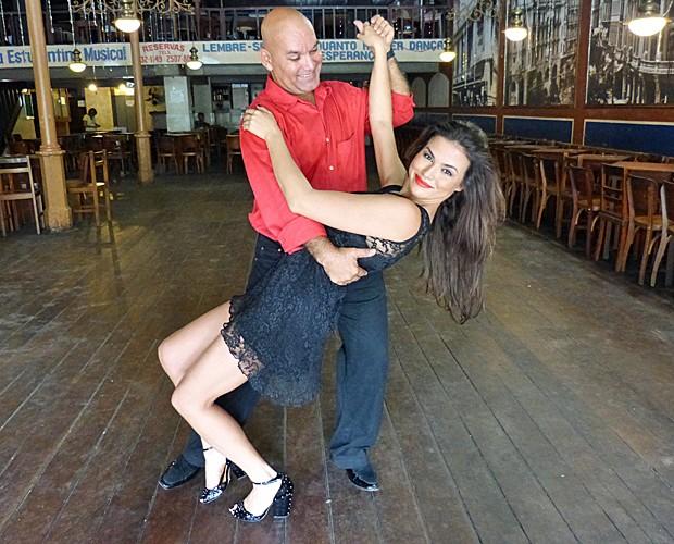 Laryssa Dias dança com professor Fabio Venturine (Foto: Vídeo Show/TV Globo)
