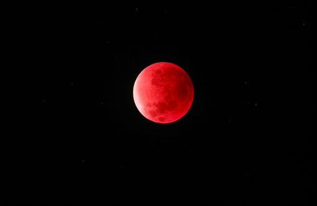 Supermoon Eclipse 2015 de Peter Folkesson Em 28 de setembro de 2015, uma superlua coincidiu com um eclipse lunar, fenômeno registrado nesta fotografia da lua avermelhada em Boras, na Suécia (Foto: Peter Folkesson/Observatório Real de Greewich)