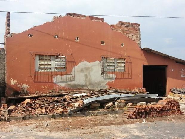 Chuva arrancou telhado e destruiu galpão por dentro em São José dos Salgados (Foto: Anna Lúcia Silva/ G1)
