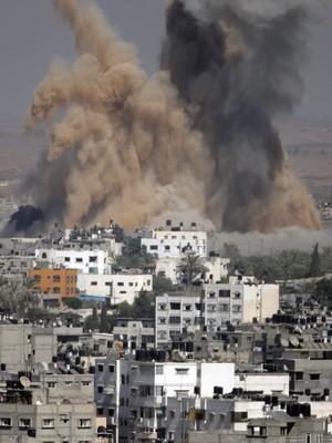 Fumaça e areia após mais um bombardeio na Faixa de Gaza, nesta quinta-feira (31) (Foto: AP Photo/Majed Hamdan)