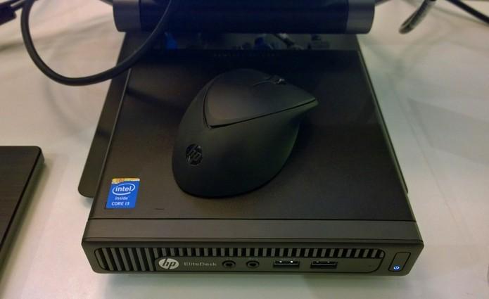 Tamanho do HP Desktop Mini em comparação com um mouse comum (Foto: Fabricio Vitorino / TechTudo)