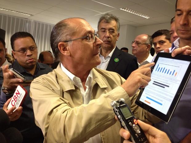 Governador fez questão de abrir o site e mostrar os índices de criminalidade (Foto: Mariane Rossi/G1)