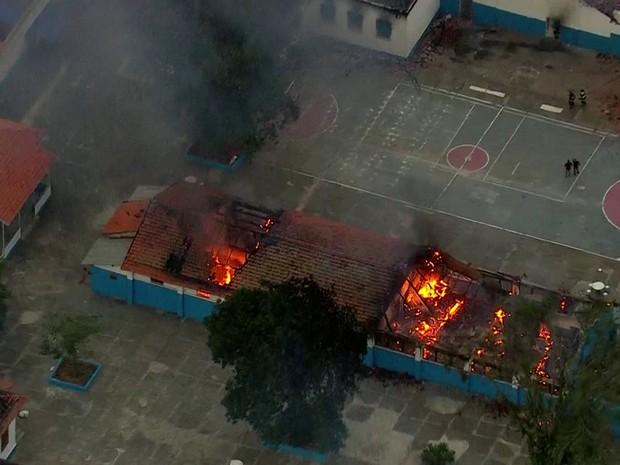 Prédios do presídio de Franco da Rocha foram incendiados (Foto: TV Globo/Reprodução)