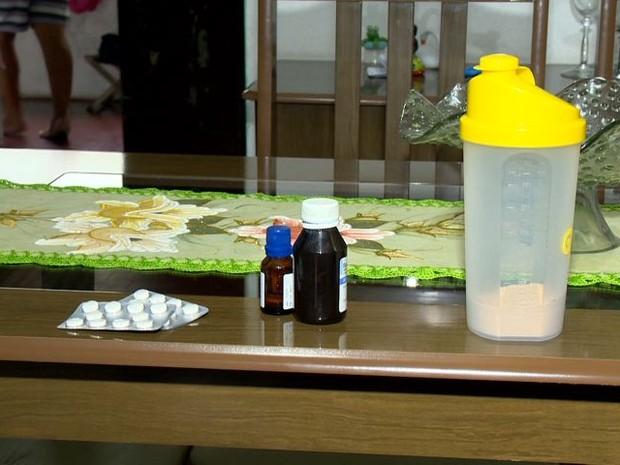Shake, chá e remédios que Karine tomava (Foto: Reprodução/ TV Gazeta)