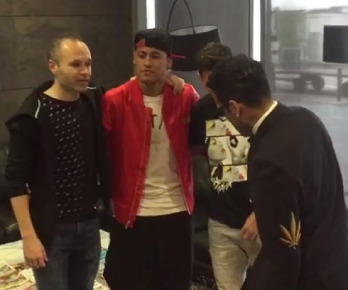 """BLOG: Dani Alves embarca para Zurique usando blazer com uma """"folha"""" no cotovelo"""