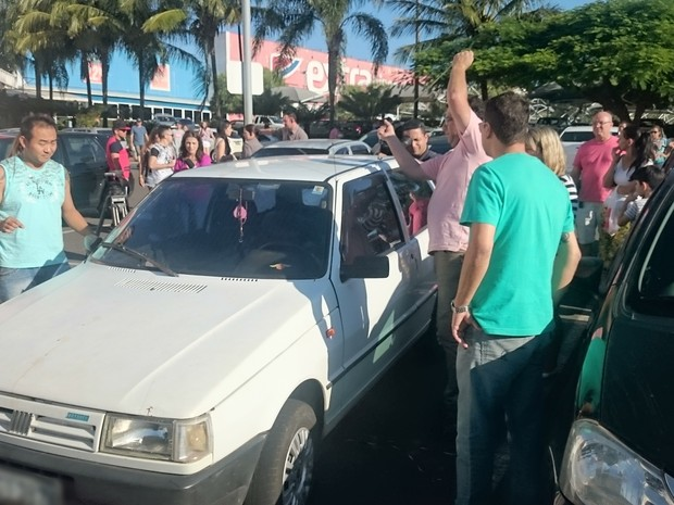 Testemunhas se aglomeraram ao redor do veículo antes de abri-lo (Foto: Caio Gomes Silveira/ G1)