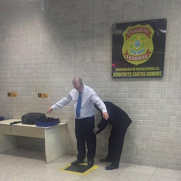 Eduardo Cunha sendo revistado no aeroporto Santos Dumont, em foto postada pelo professor da UERJ Maurício Santoro no Twitter (Foto: Reprodução/Twitter)