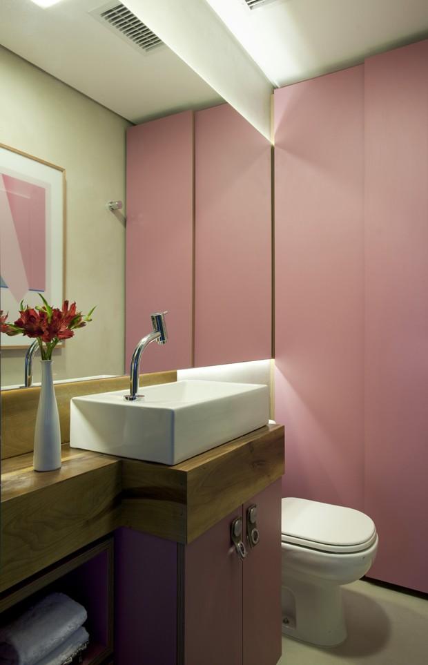 Cores vibrantes resolvem apartamento sem quebra-quebra