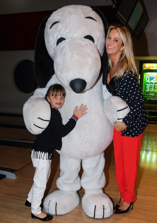 Ticiane Pinheiro e Rafaella Justus posam com Snoopy (Foto: Manuela Scarpa/Brazil News)