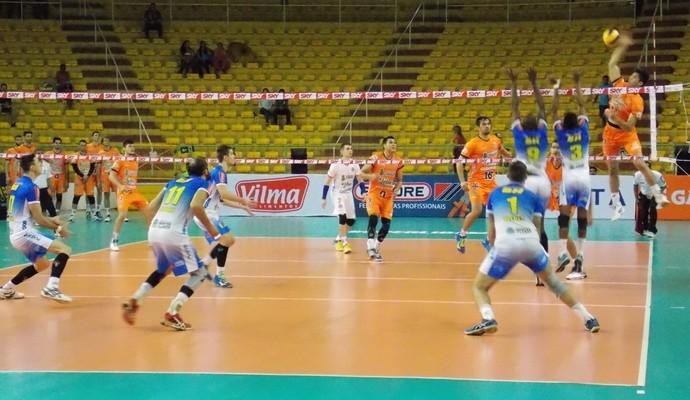 Equipes se enfrentaram no Ginásio Poliesportivo Tancredo Neves (Foto: Ricardo Guimarães/GE)