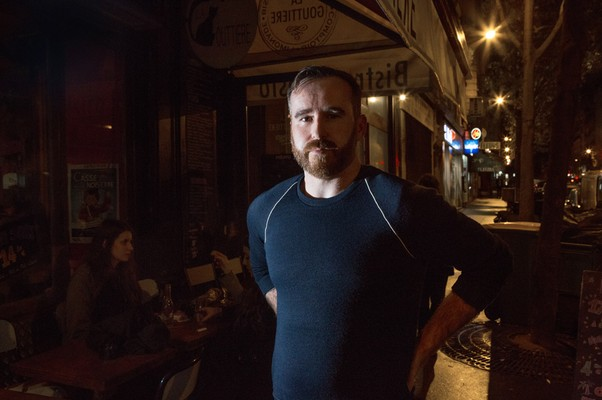 Nicolas Atlé, 31, in front of a Café at Avenue Parmentier during the mouvement (Foto: Carolina Arantes/ÉPOCA)