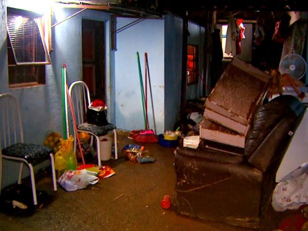 Móveis ficaram destruídos nas casas que foram alagadas pelo temporal em Campinas (Foto: Reprodução / EPTV)