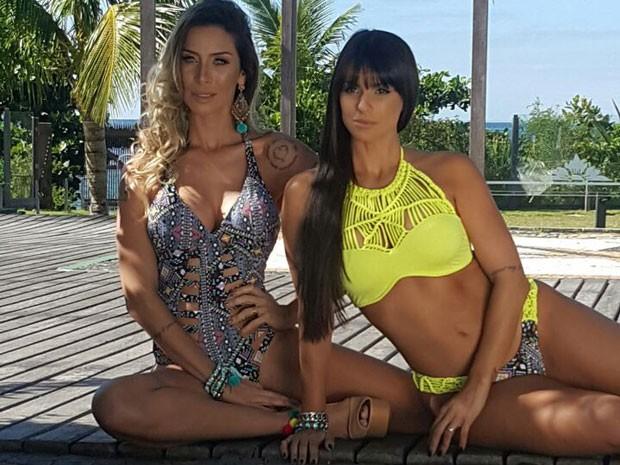 Lizi Benites e Carol Dias em ensaio de moda em Balneário Camboriú, em Santa Catarina (Foto: VHS Cunha/ Divulgação)