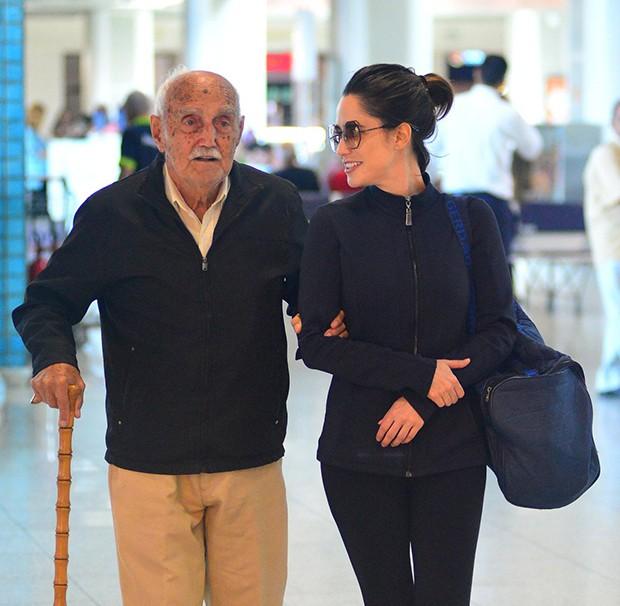Fernanda Vasconcelos com o avô (Foto: Willian Oda/ Agnews)