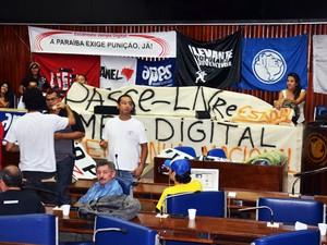 Movimento Passe Livre ocupa Assembleia Legislativa na Paraíba (Foto: Walter Paparazzo/G1)