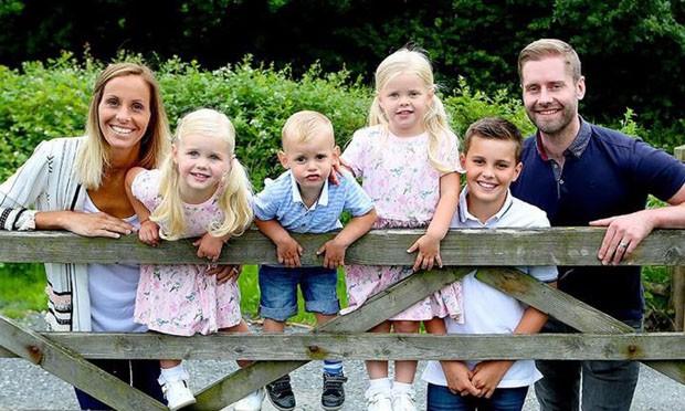 Laura com o marido e os filhos (Foto: Reprodução/Caters)