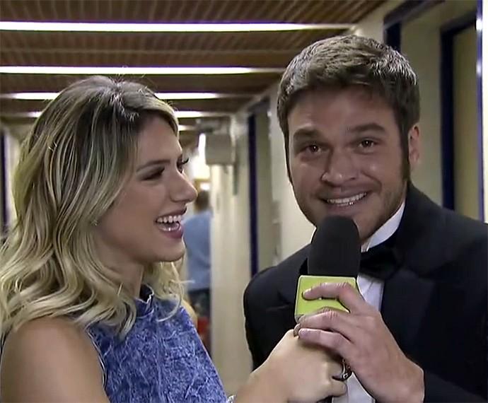 Emílio Dantas solta a voz no Vídeo Show ao vivo (Foto: Vídeo Show / Gshow)