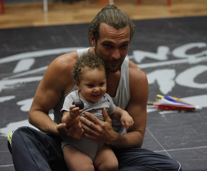 Fofura! Igor Rickli curte o filho na casa do 'Dança' (Foto: Artur Meninea/Gshow)