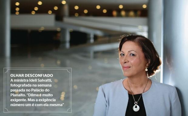 """OLHAR DESCONFIADO A ministra Ideli Salvatti, fotografada na semana passada no Palácio do Planalto. """"Dilma é muito exigente. Mas a exigência número um é com ela mesma""""  (Foto: Celso Junior/ÉPOCA)"""