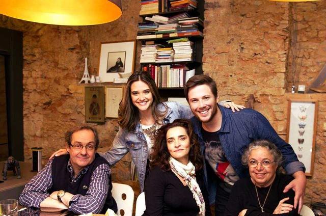Daniel Dantas, Juliana Paiva, Gisele Fróes, Arthur Vinciprova e Camila Amado posam no set de 'Rúcula com tomate seco' (Foto: Divulgação)