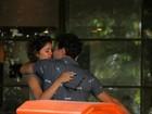 Grávida, Sophie Charlotte troca beijos com Daniel de Oliveira no Rio