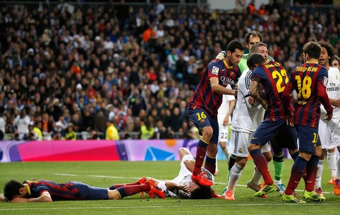 busquets pisa em pepe barcelona x real madrid (Foto: Reuters)