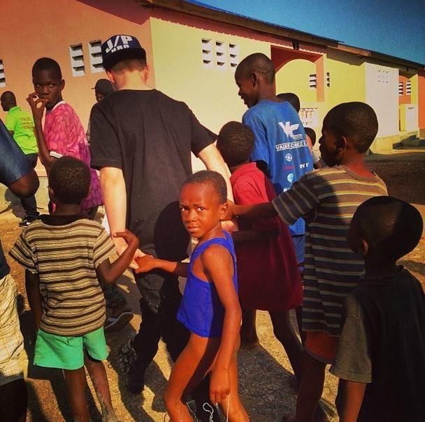 Rocco, filho da Madonna, com crianças no Haiti (Foto: Instagram / Reprodução)