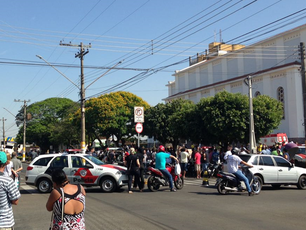 Moradores da cidade foram para a frente da loja  (Foto: Aplicativo/TEM Você)