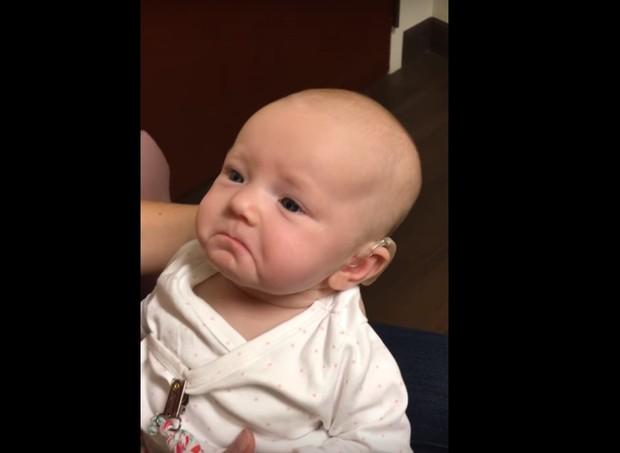 Bebê se emociona ao ouvir a mãe pela primeira vez  (Foto: Reprodução/Youtube)