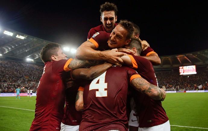 Radja Nainggolan comemora gol do Roma com companheiros (Foto: Reuters)