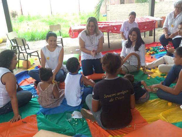 Equipe do Centro Especializado de Assistência Social de Jataí organiza encontro de detentas com filhos fora do presídio, em Goiás (Foto: Paula Resende/ G1)