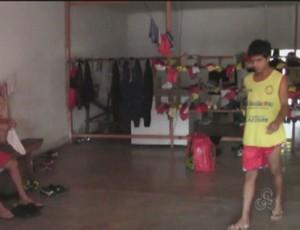 Jogadores do Plácido de Castro usam panificadora como vestiário (Foto: Reprodução/TV Acre)