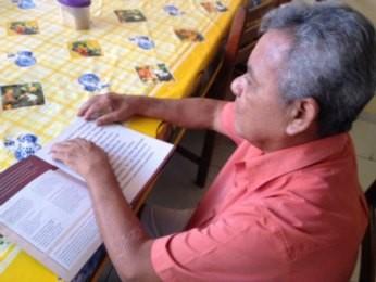 Aprender Braile requer força de vontade, diz presidente da Associação do Deficiente Visual de Rondônia. (Foto: Flaviane Azambuja/G1)