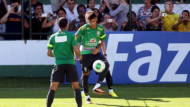 lucas neymar brasil treino camisa esparadrapo patrocinador  (Foto: Jefferson Bernardes / Vipcomm)