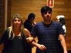 Dani Calabresa e Marcelo Adnet andam de braços dados em shopping