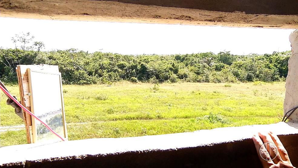 Policiais precisam se encostar à janela da guarita para ver muro; espelho improvisado amplia campo de visão (Foto: Reprodução/Inter TV Cabugi)