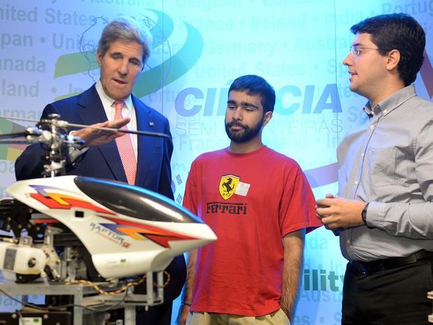 John Kerry conversa com estudante brasileiro durante visita a Brasília (Foto: Evaristo Sá/AFP PHOTO)