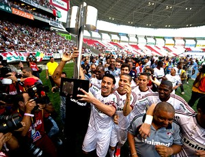 Fred carrega a taça do título do Campeonato Brasileiro do Fluminense (Foto: AFP)
